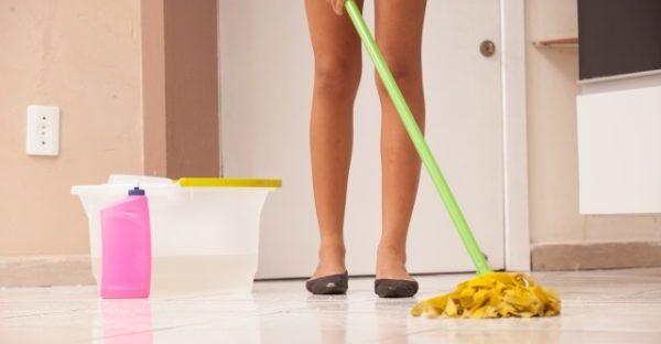 不動産を見学に来る人のために掃除をする